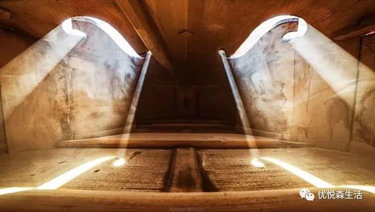 <b>提琴内部的光影像一个古老又典雅的小世界!</b>