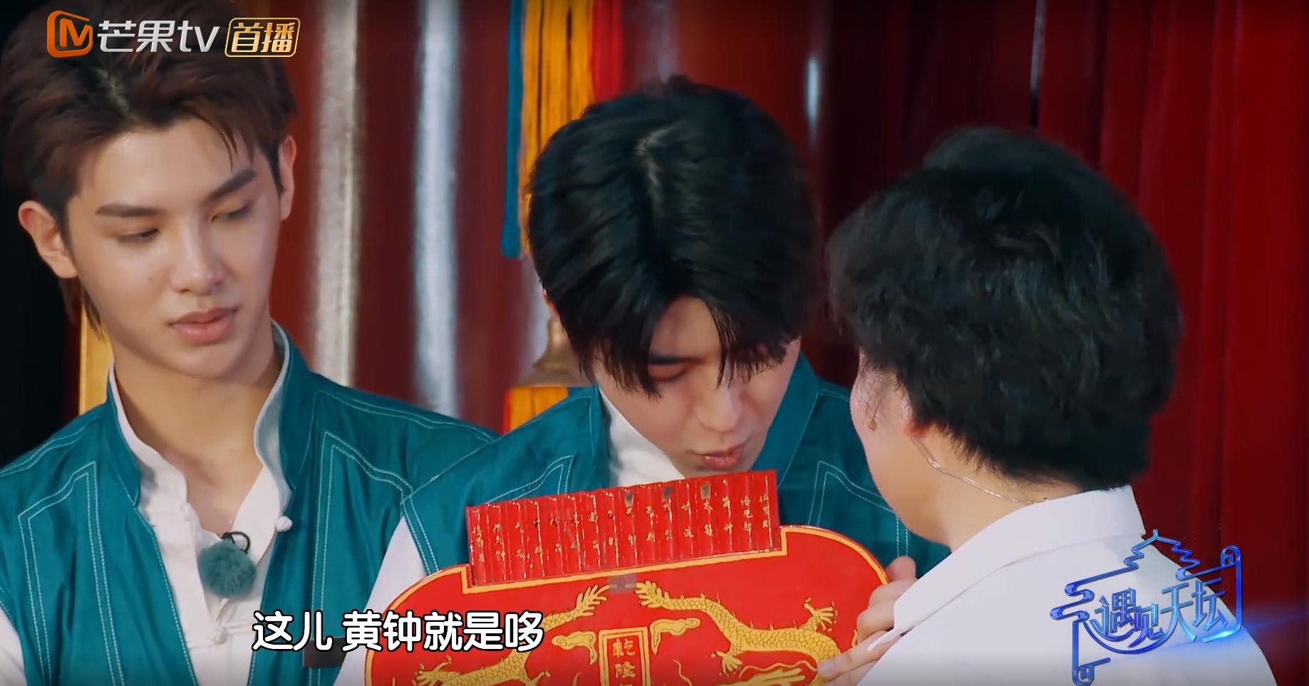 黄明昊节目中猛夸蔡徐坤,有谁注意蔡徐坤的反应?害羞来得太突然