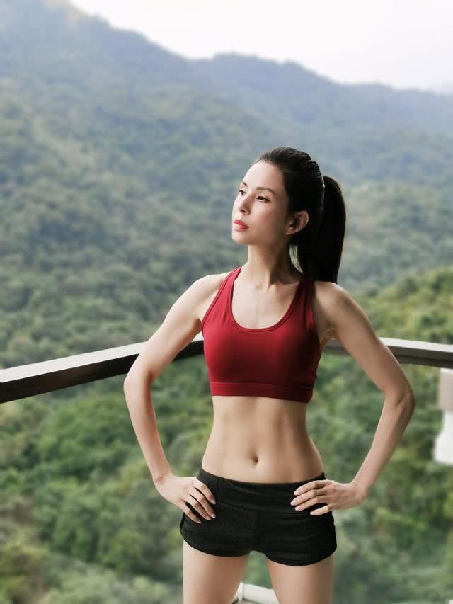 李若彤晒健身照,全身肌肉线条紧实,46岁的她活出20岁状态!