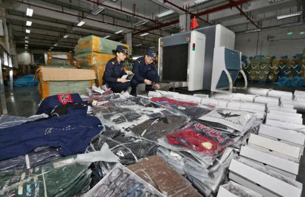 长沙海关查获涉案侵权货物3万余件,涉雷朋、卡地亚、保时捷、普拉达等商标