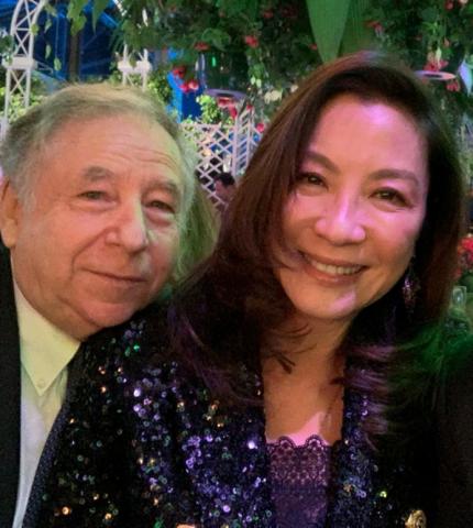 """<b>杨紫琼携73岁老公现身秀恩爱,男方靠老婆肩头尽显""""小鸟依人""""</b>"""