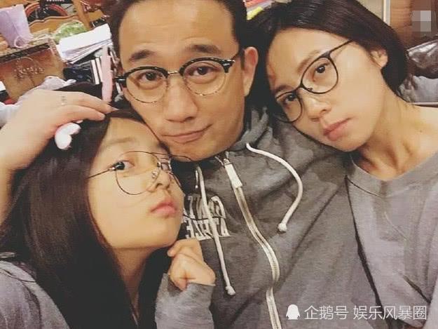 """黄磊和多妹抢吃零食,谁注意妹妹手上""""大戒指"""",暴露"""