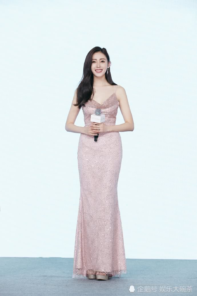 张天爱的身材真是太好了,一身粉金色连衣裙尽显女神气质