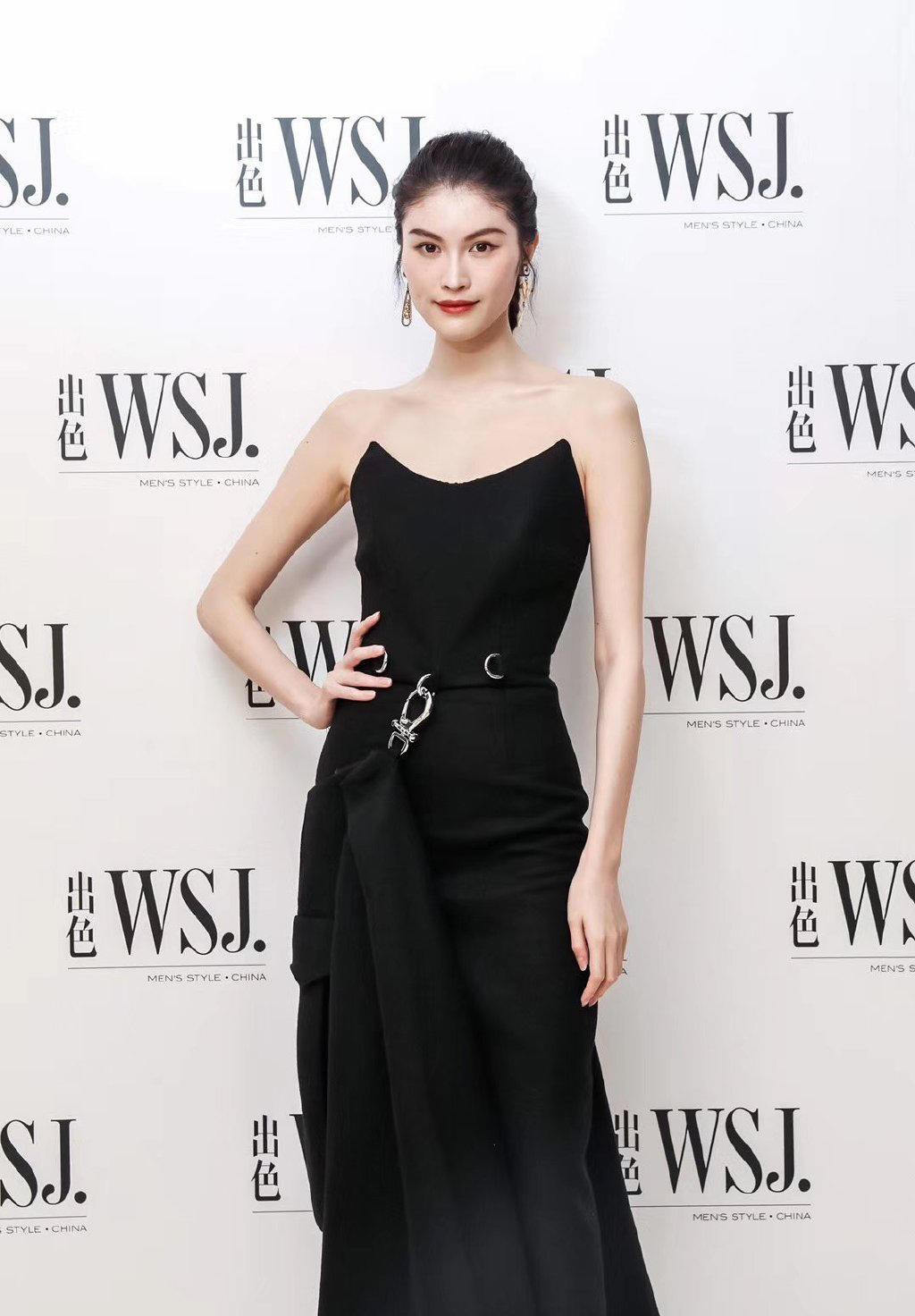 何穗身材真棒,穿黑色吊带裙优雅大气,合影比舒淇老公冯德伦都高