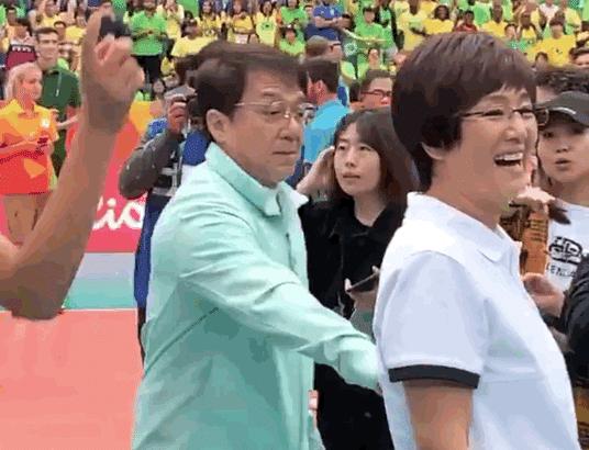 巩俐演郎平引争议:为国争光的女排教练为什么找外国人来演?