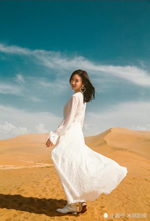 景甜现身沙漠拍写真,一袭白裙仙气十足,心形耳环太抢镜