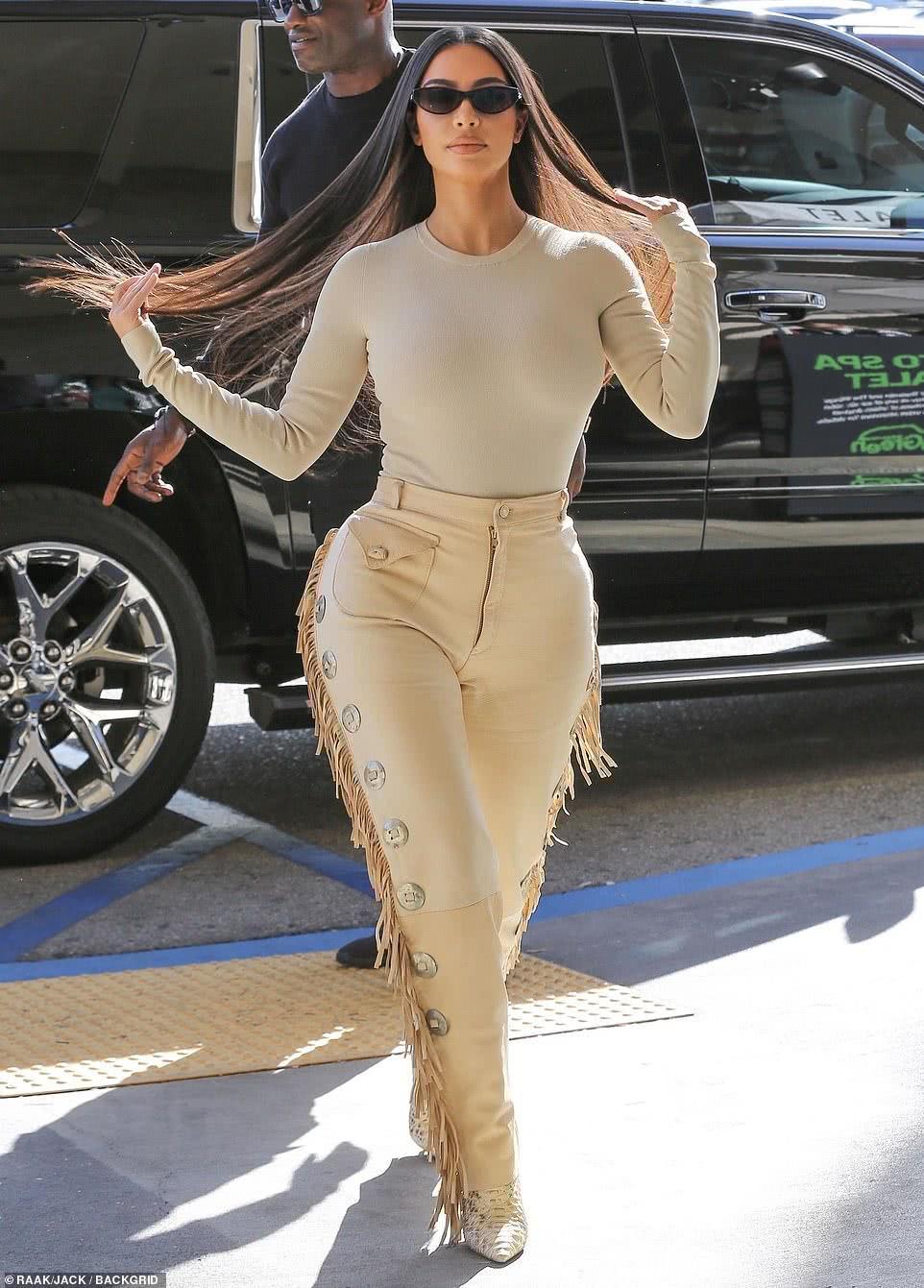 金·卡戴珊一身奶油色出街,流苏皮裤难掩沙漏身姿,爱上牛仔风