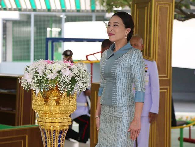 泰王大公主身材太棒!穿紧身印花鱼尾蓝裙秀曲线,王后都得羡慕啊
