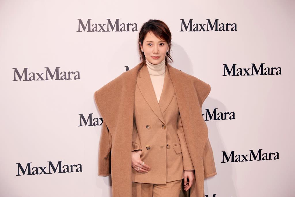 42岁海清有点拼,为带货不顾炎热穿厚重大衣,网友:真佩服