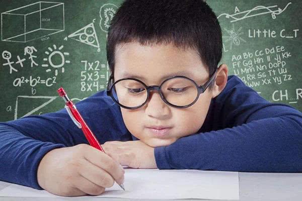 儿童近视高发!竟然和孩子握笔的方式有密切关系?