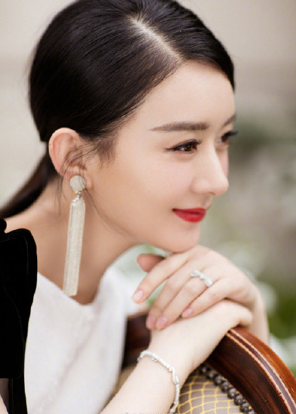 赵丽颖复出火爆直播400多万人在线观看穿白色丝绒礼服优雅现身