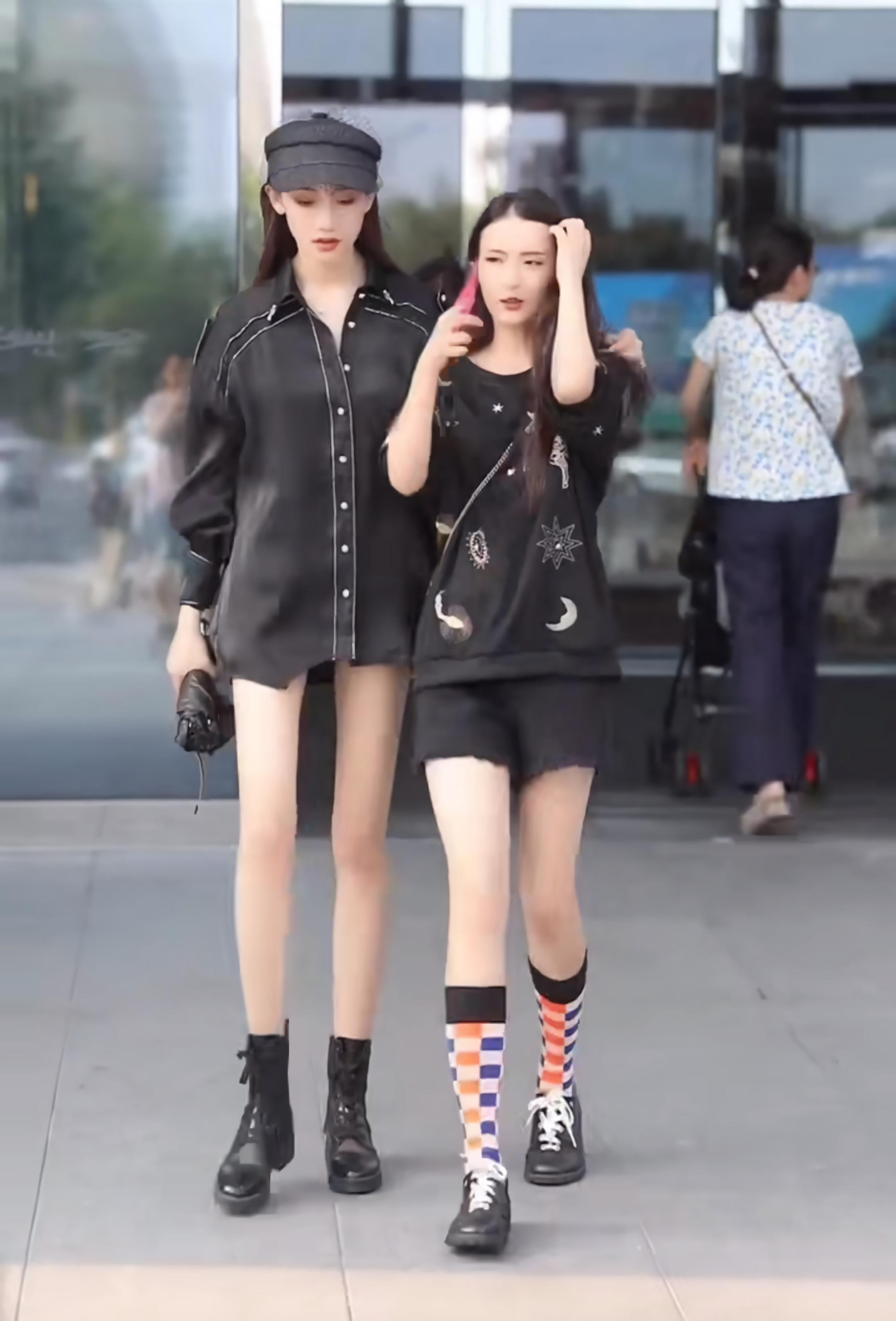 """比闺蜜矮没关系,学会穿30cm""""英伦袜"""",靠细腿赢过对方!"""