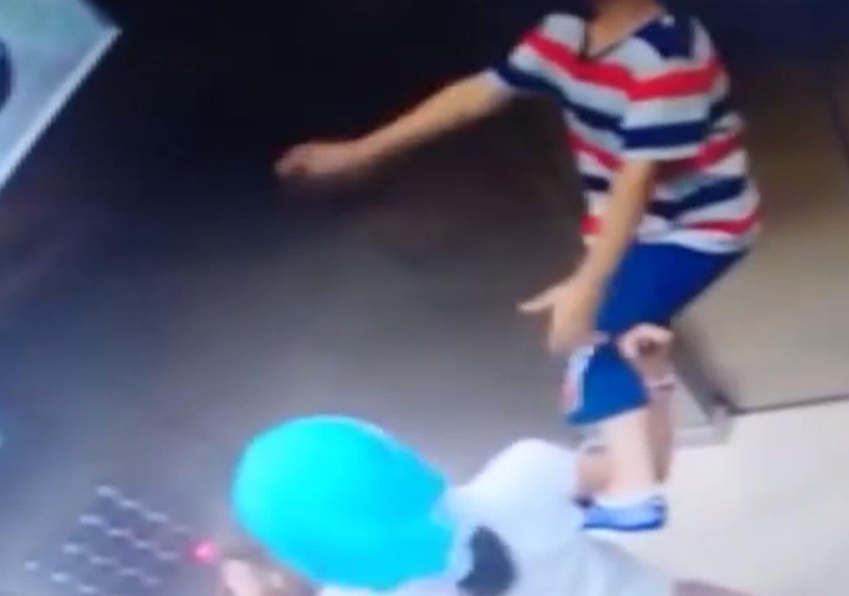 男孩进电梯后被绳子吊半空中,姐姐机智反应救下弟弟一命
