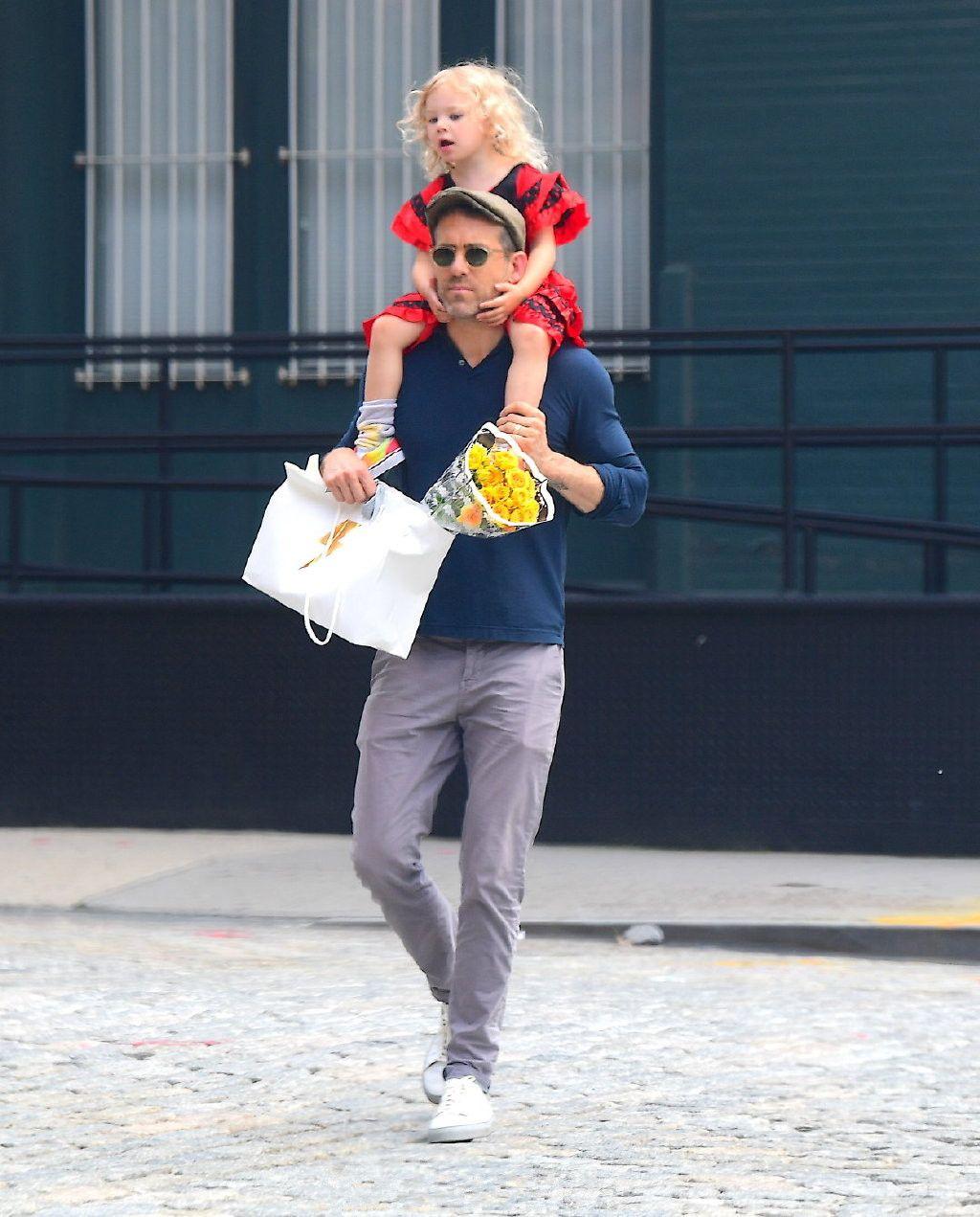 瑞安雷诺兹穿蓝色T配浅色休闲裤现身 带女儿骑在肩膀上十分宠溺