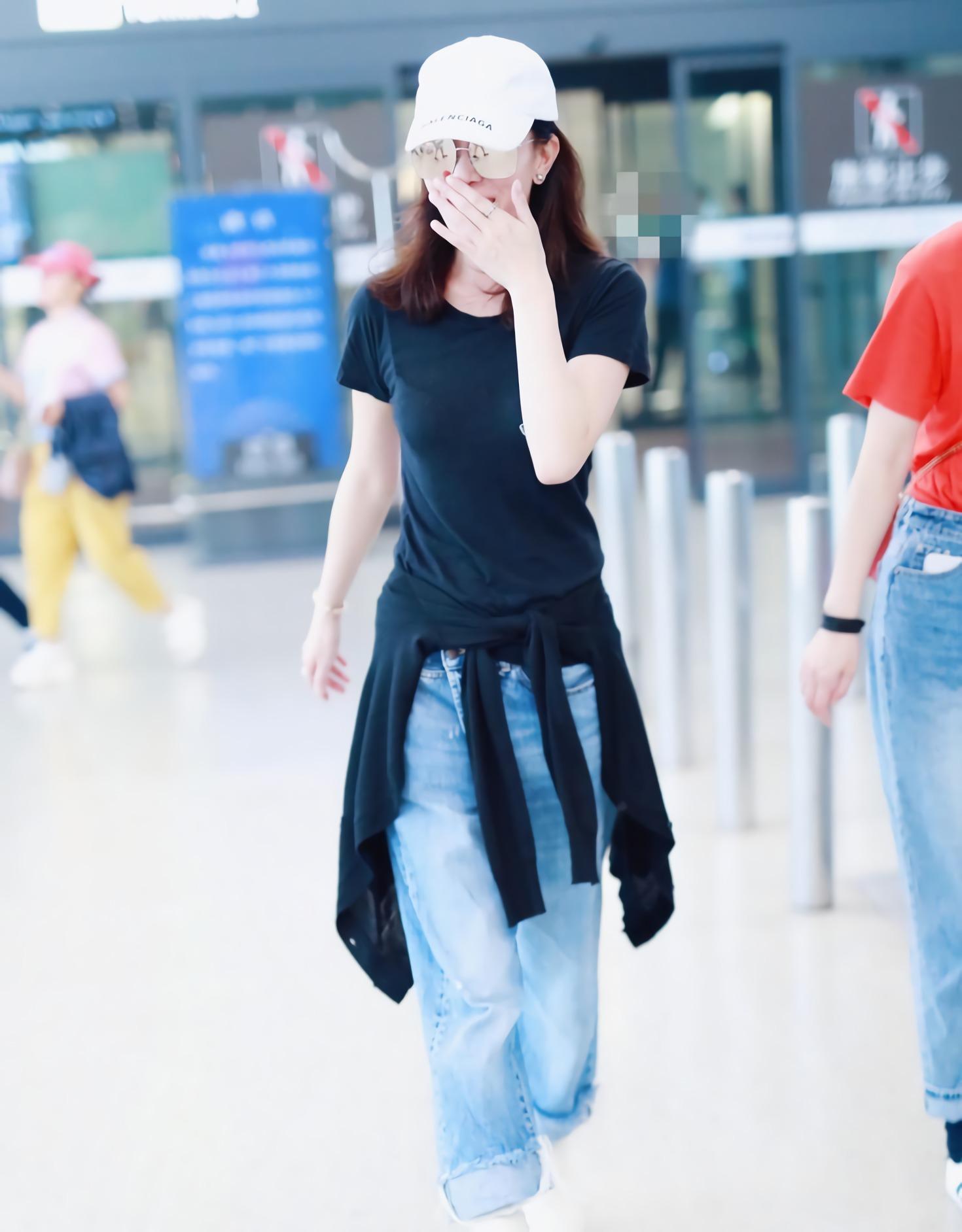 """佘诗曼有多牛?别人穿必胖10斤的""""鸡腿裤"""",她却瘦出小蛮腰!"""