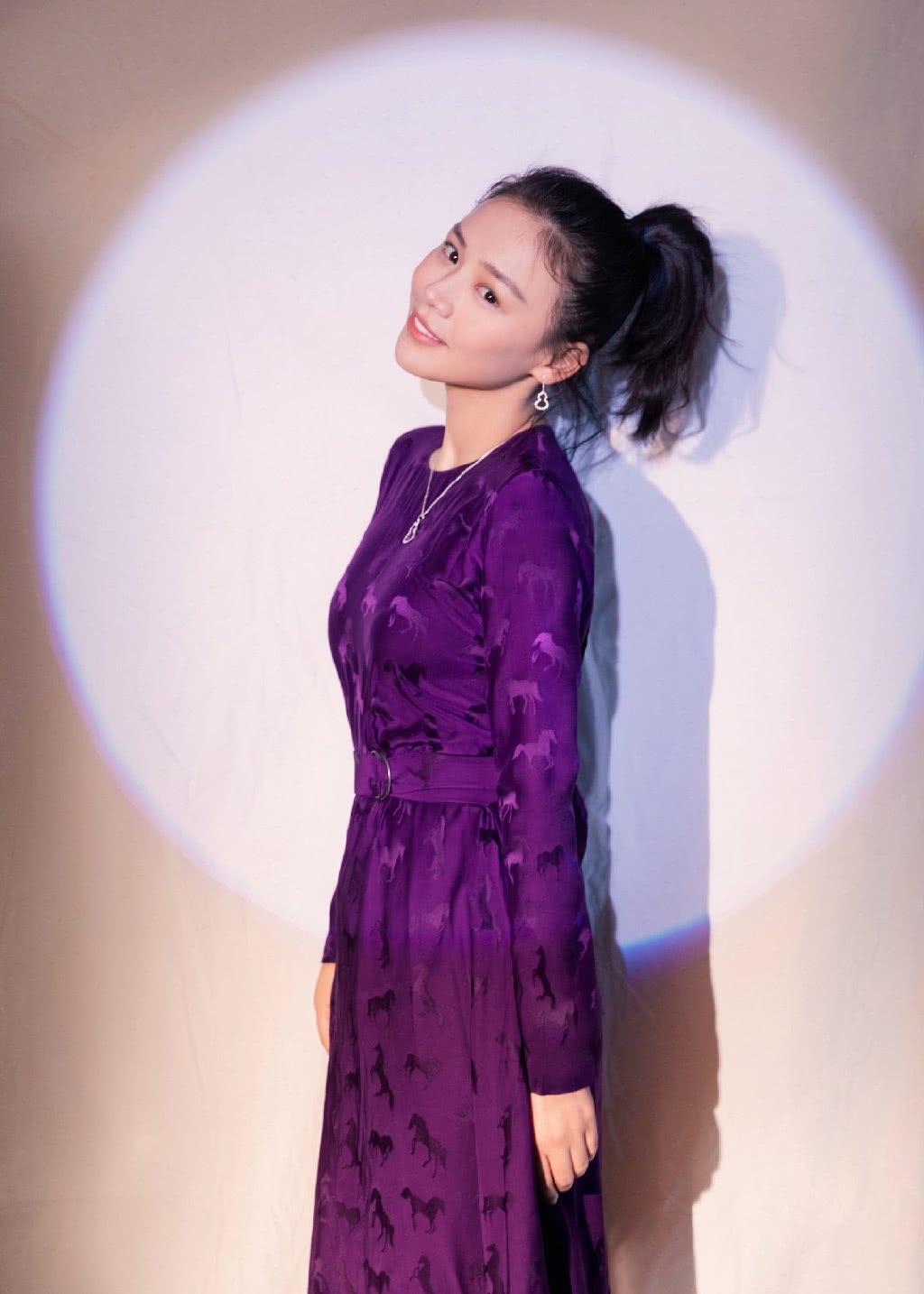 马思纯得罪造型师了?身穿紫色印花长裙亮相,莫名有点老气