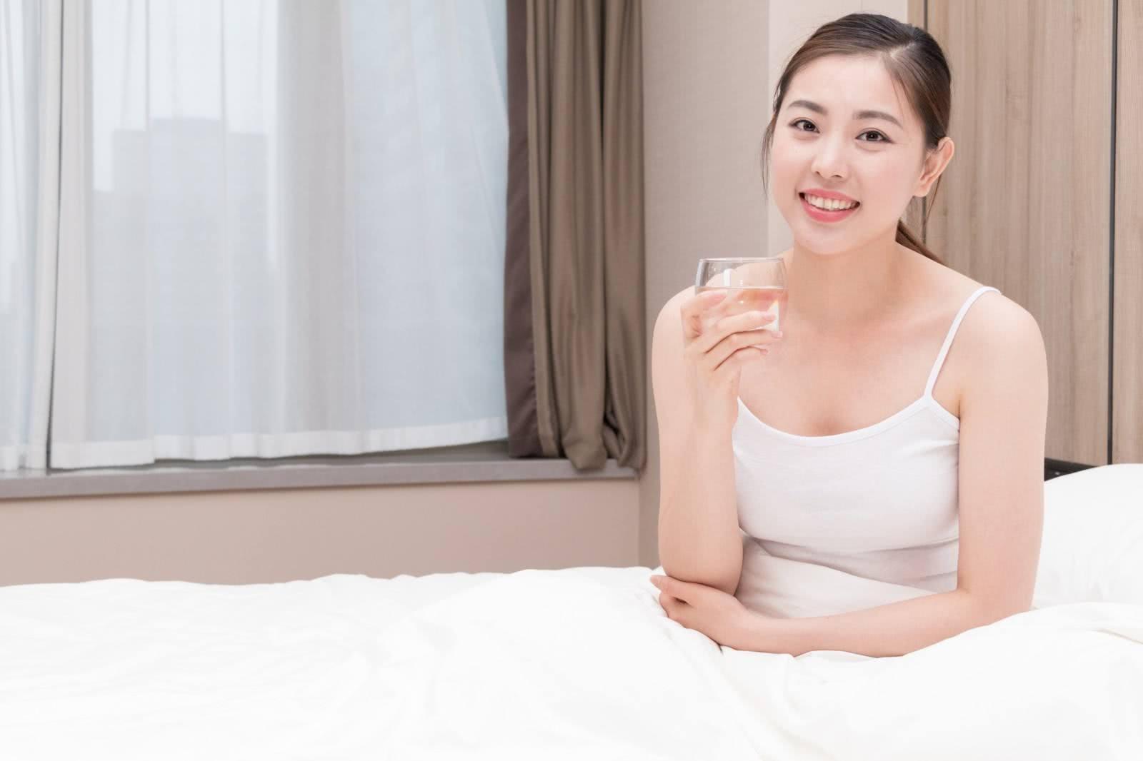早起睡前到底要不要喝水?关于喝水的2个问题,不妨了解一下