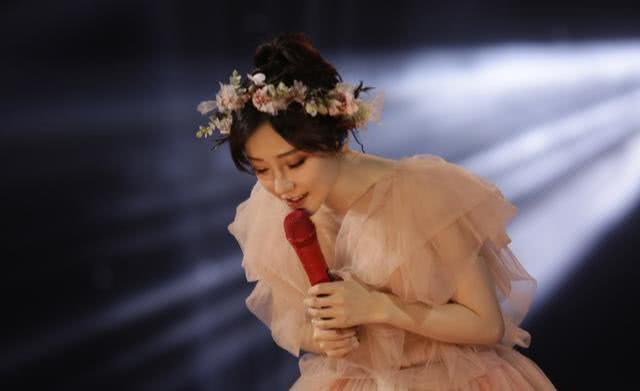 冯提莫演唱会一个举动,粉丝被感动到泪流不止:谢谢你的陪伴