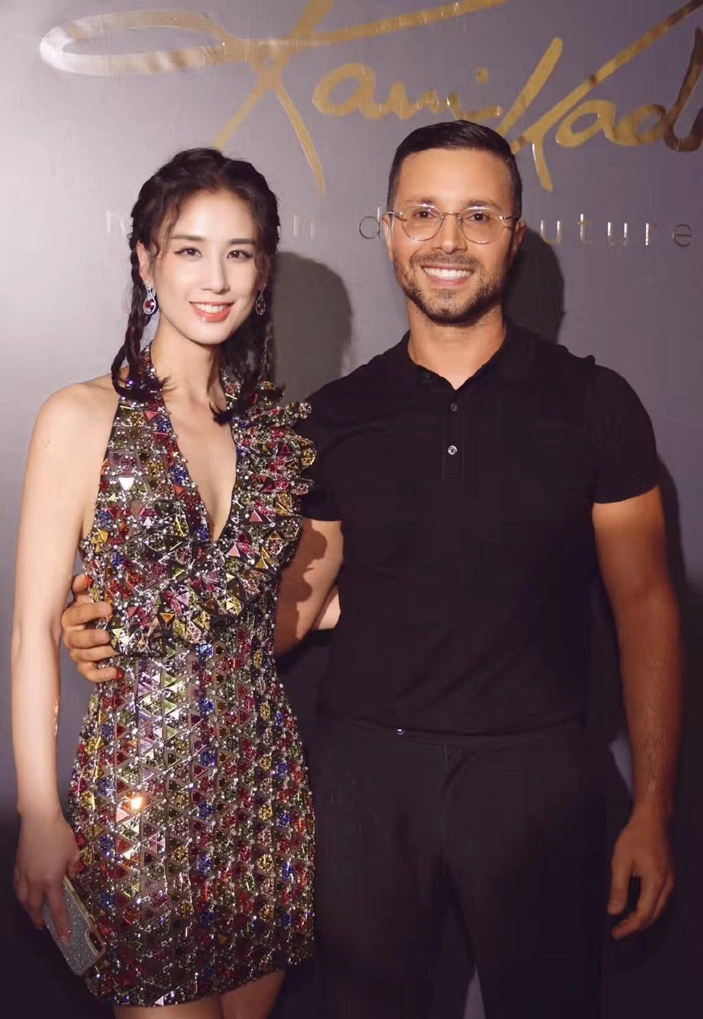 她嫁给杨子,演的作品基本都自己投资,36岁穿透视裙性感又优雅