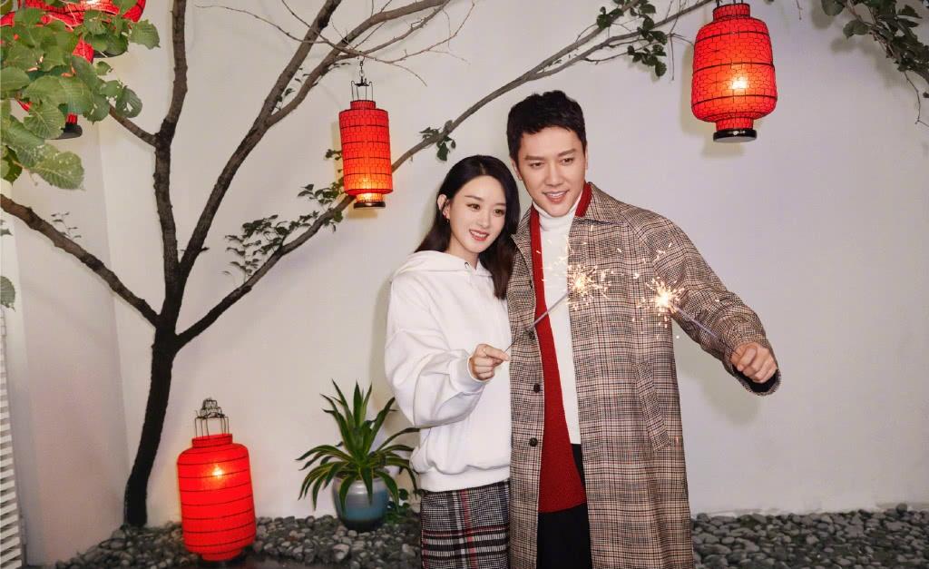 赵丽颖冯绍峰新年合体采访,二人回答默契十足,颖宝对老公动作温柔甜蜜