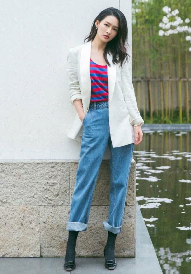 李沁的机场穿着太清新了,都不爱穿的白外套,她一穿美丽不可挡!
