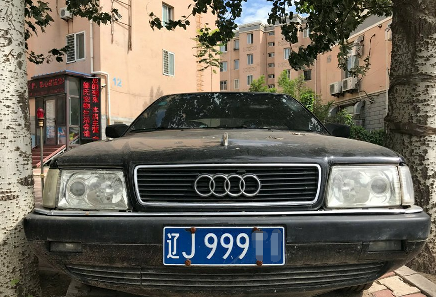 加长版红旗轿车,前脸还有奥迪车标,当年是部级干部的专属座驾!