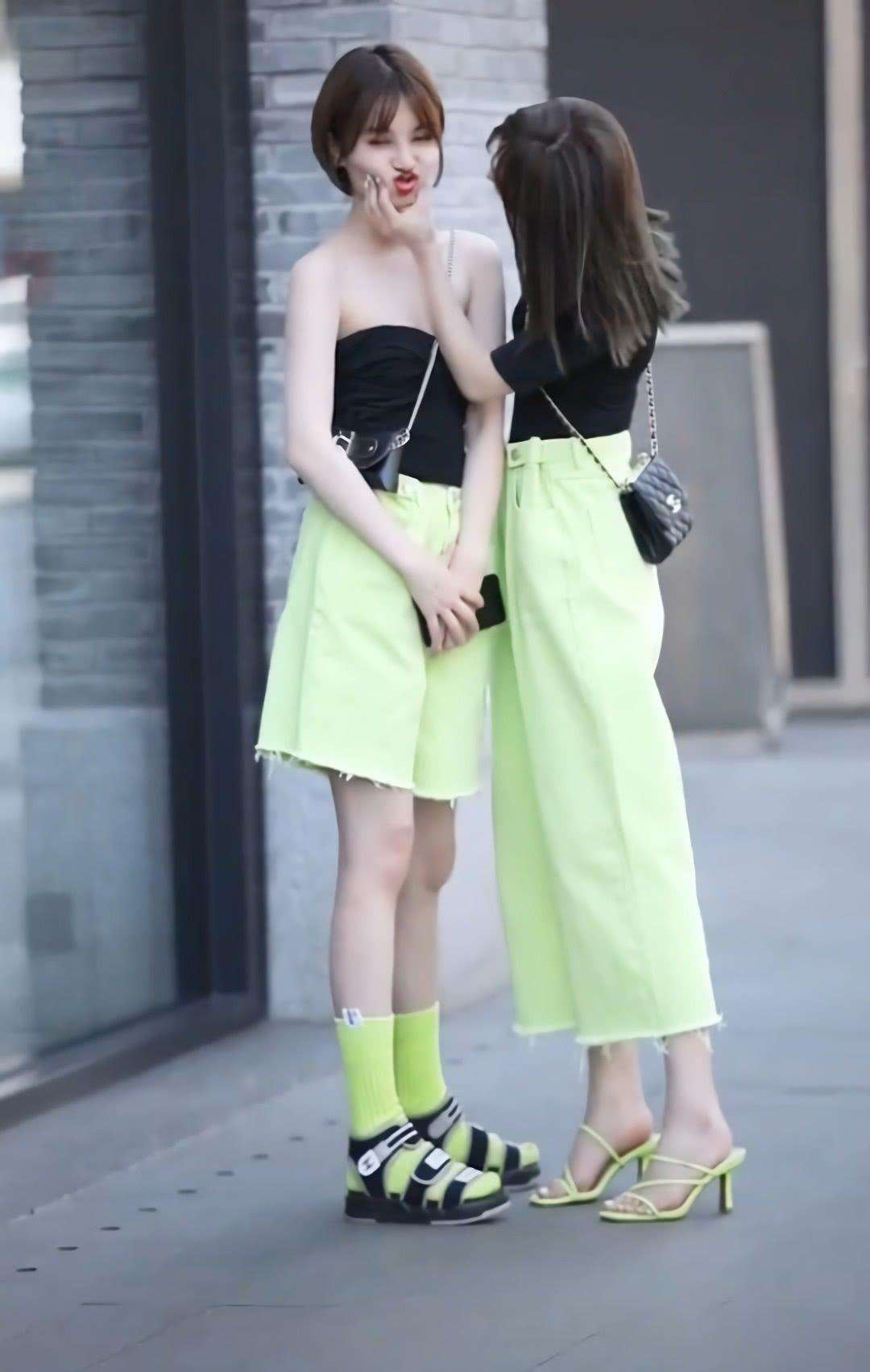 """咱俩都是穿凉鞋,你咋搭配""""荧光绿""""的袜子?腿愣是短了6cm"""