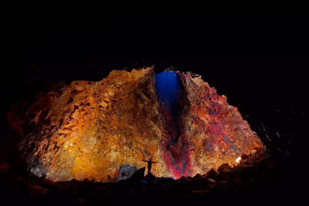 冰岛斯瑞努卡基古火山是全球唯一可以进到内部参观的火山,很壮观