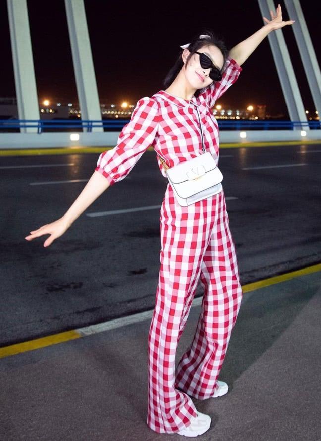 """宋茜真厉害,31岁还穿""""草莓连体装"""",意外美出了新高度!"""