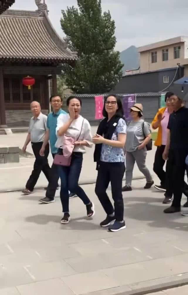 66岁龙嫂现身,低调朴素,风韵犹存,成龙好福气!