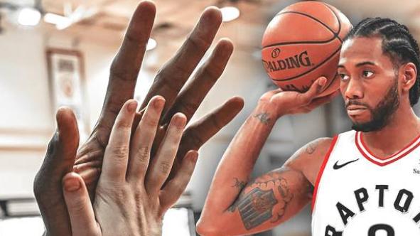 伦纳德又双叒叕来了?3根手指夹2瓶矿泉水,双手可包裹整个篮球