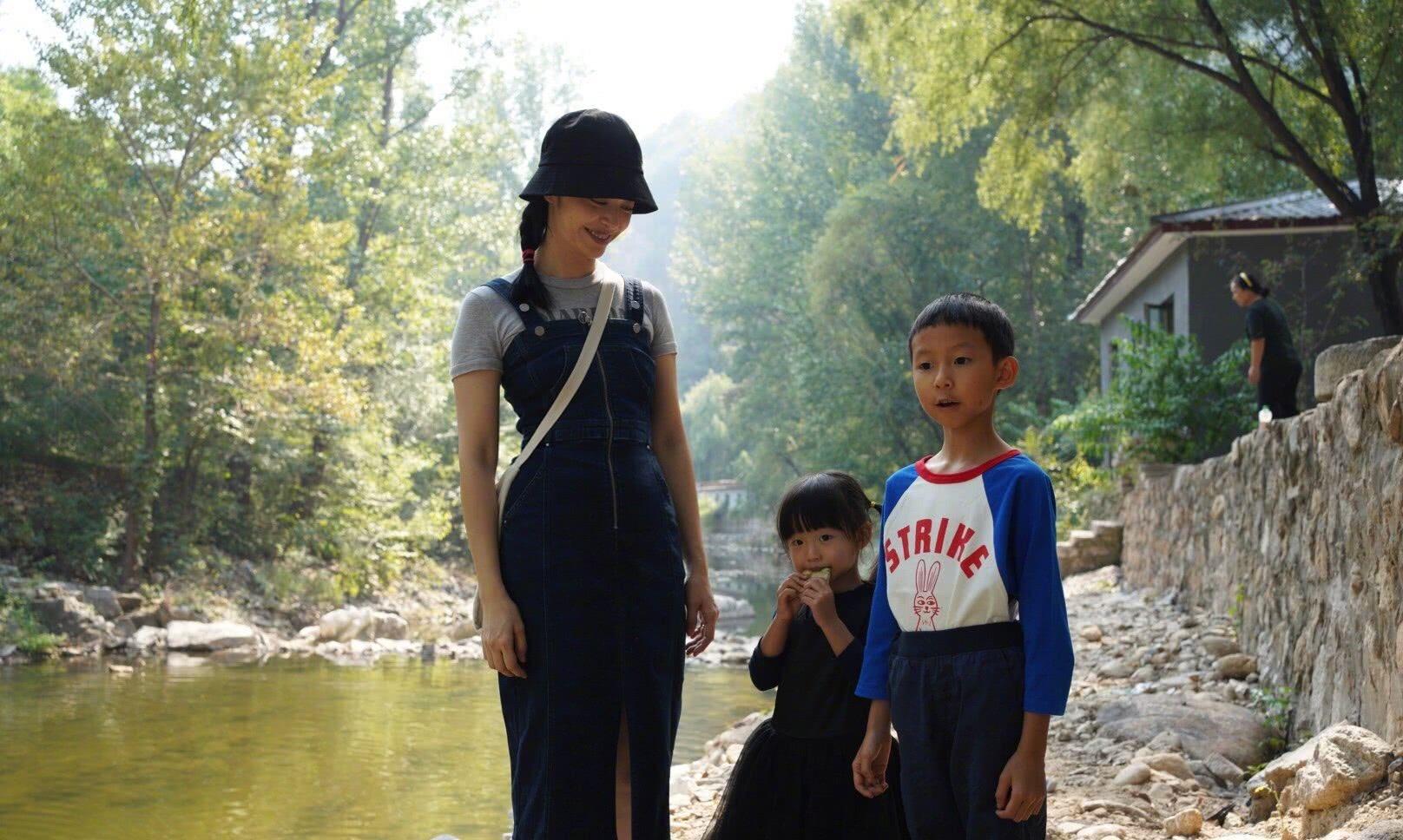 姚晨带一双儿女野外郊游,身穿背带裙,休闲舒适,身材和颜值超赞