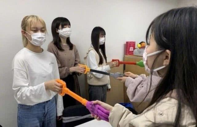 日本的偶像有多野?这部动漫说出了一切,还有全员穿防护服握手的