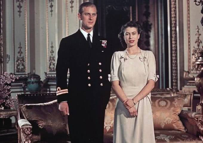 在英国,女王和首相谁的权利更大?