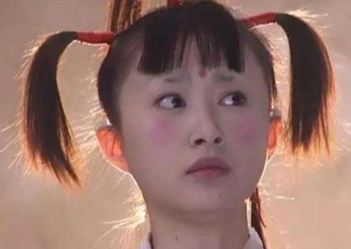 """她16岁演""""天山童姥""""造型雷人,今白T配轻纱裙,美成小仙女了"""