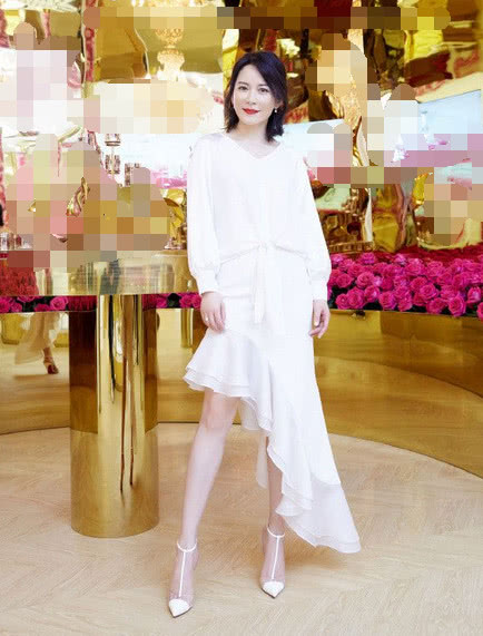 48岁俞飞鸿终于高调,一身大红条纹裙走机场,脚上的鞋子亮了!