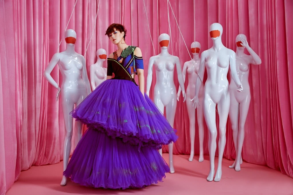 <b>她是火箭少女最帅的,今穿紫色蛋糕纱裙,个性拼接上衣强势抢镜</b>