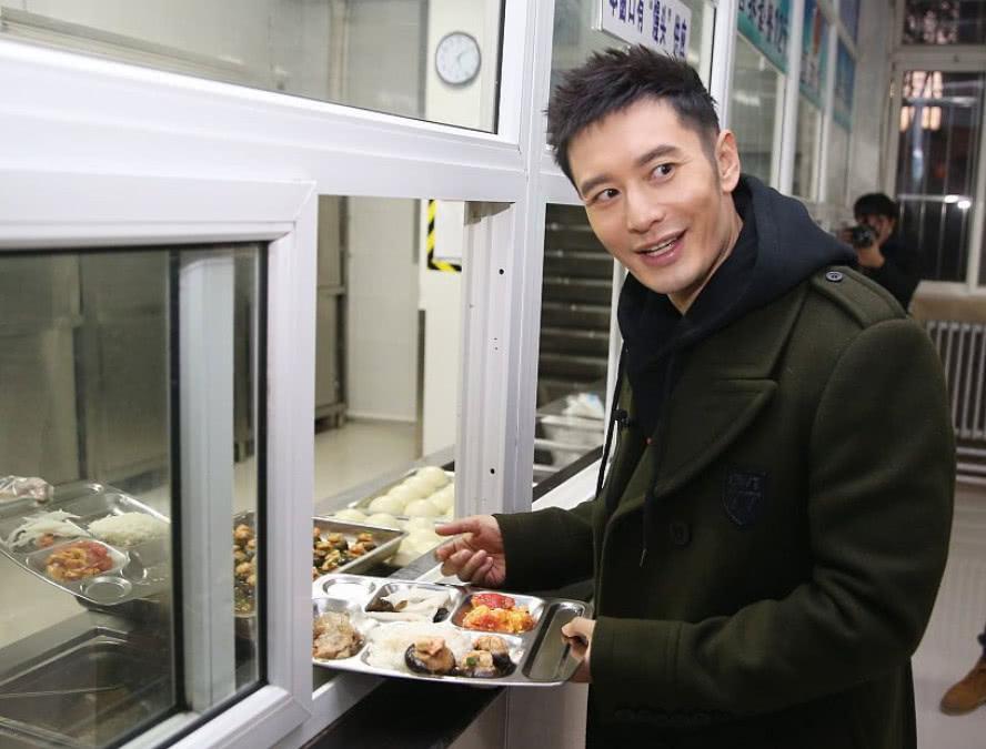黄晓明进行煎饼教学,看到他做好的成品,网友:这我可不敢吃!