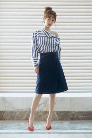 杨紫又变美了,穿衬衫配半身裙气质惊艳,扎丸子头更显气质