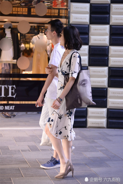 白色好�连衣裙上的水墨图案,搭配灰色尖头细跟鞋,衬托�u时尚气质