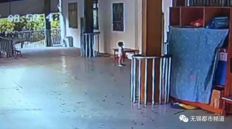 三岁女童暑托班被罚站门外10分钟 家长质疑……