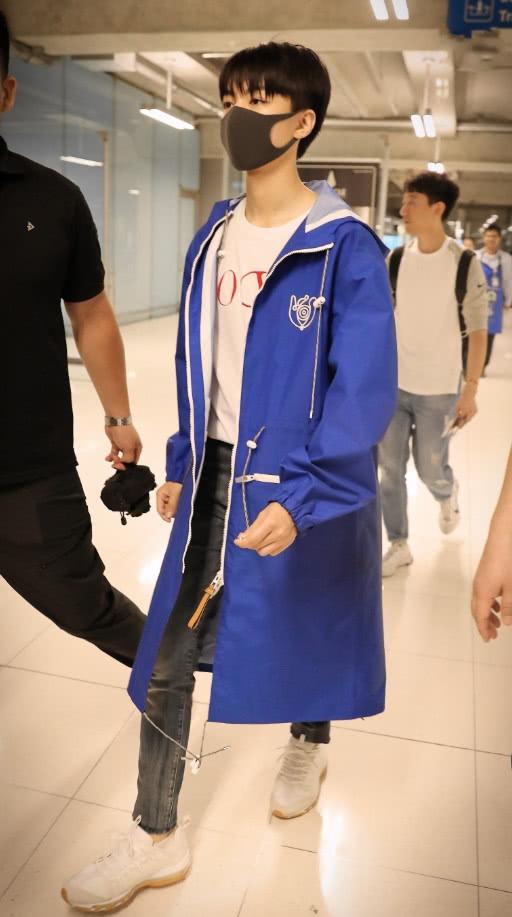 """王俊凯机场生图,蓝色长风衣身材修长,走出""""六亲不认""""步伐"""