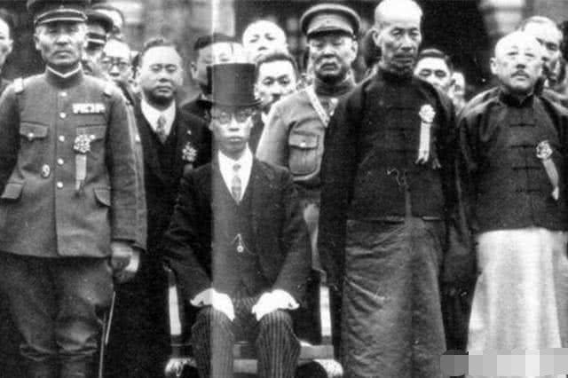 """溥仪最""""龙气冲天""""的8天,审判席当""""龙椅"""",英文对骂日本天皇"""