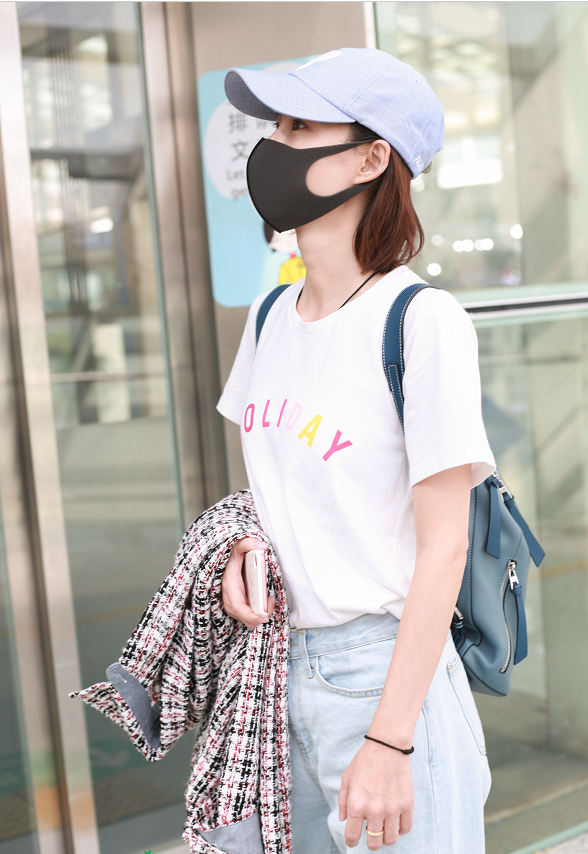 王麗坤穿白色短袖T恤淺色牛仔褲,背上雙肩包清新打扮顯氣質!