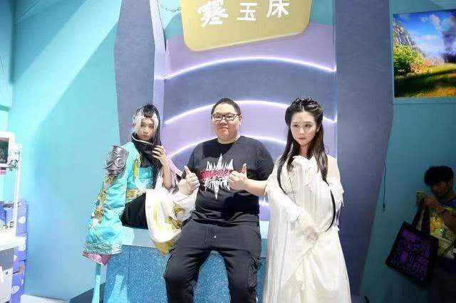 """PDD现身CJ展台,热切与""""神雕侠侣""""合影:他们是我的侠客"""