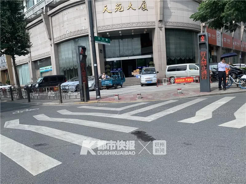 今天中午杭州一75岁老人骑电动车被右转车辆撞伤,血流一地!