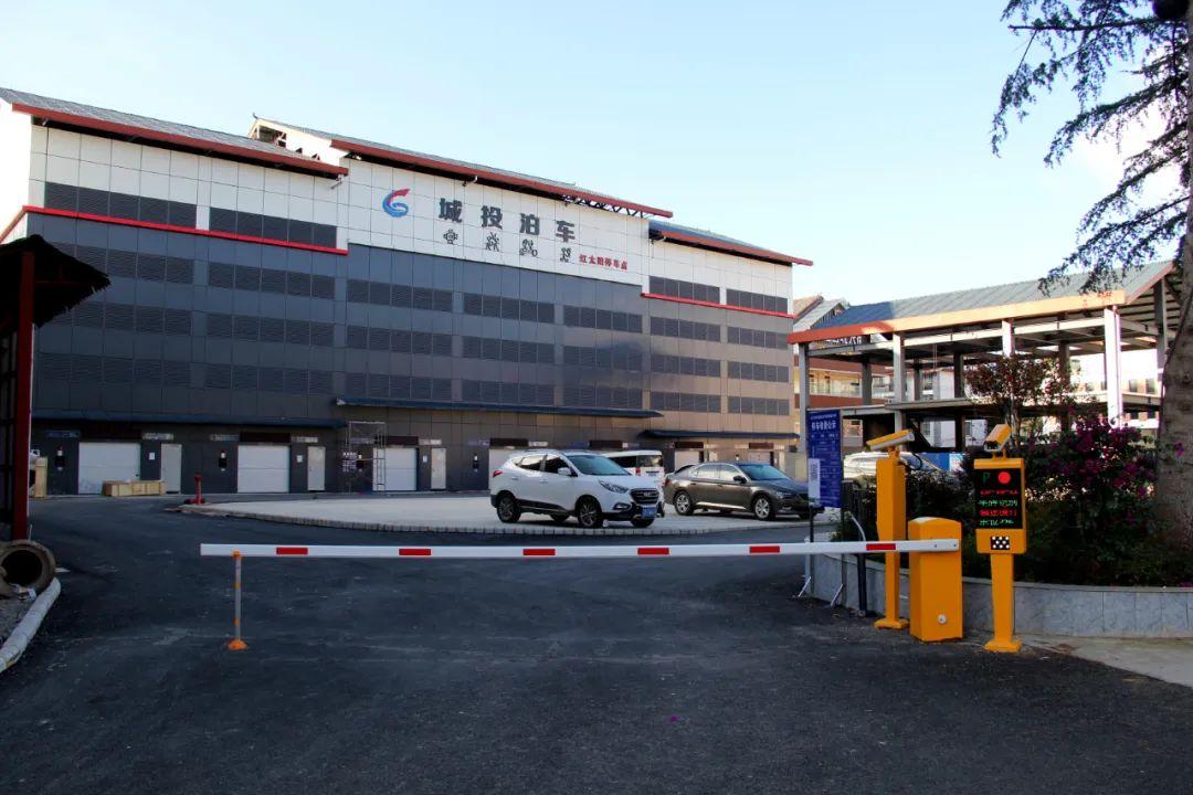 「丽江停车收费标准」搞了2年,这个丽江城区黄金地段的停车场,咋个还没建好?