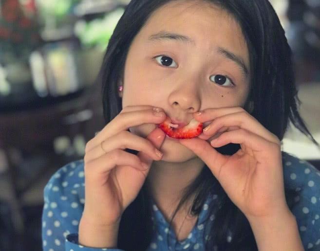 孙莉大女儿吃水果太开心,连凹5造型,黄多多慵懒造型超好看