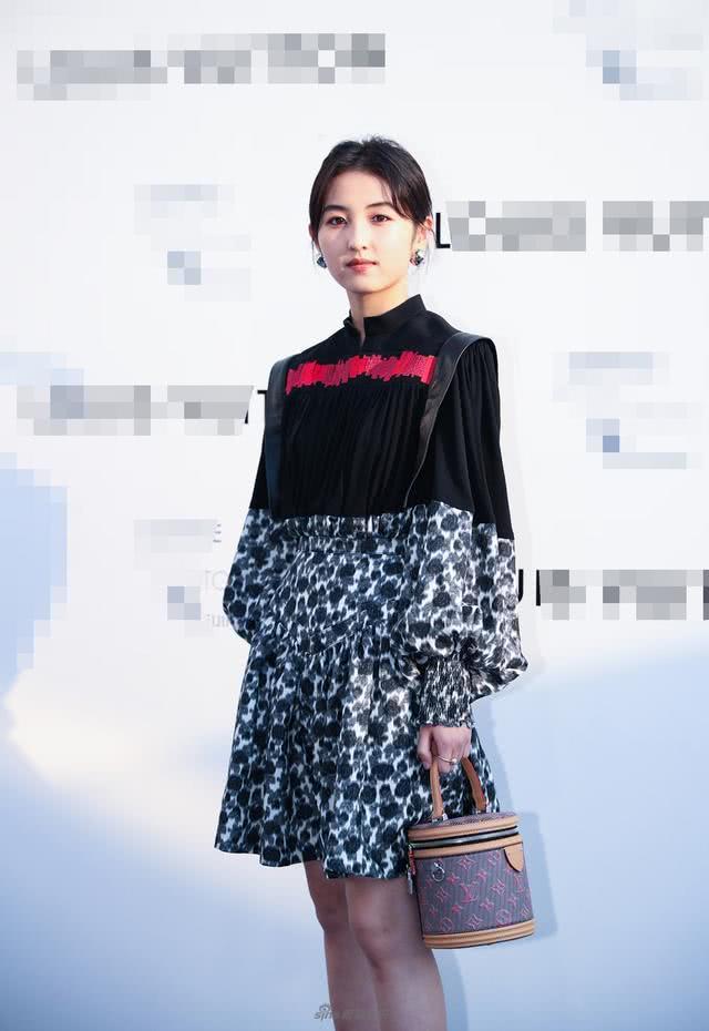 张子枫越来越有女人味了,一件印花裙逆袭成功,女人味很足