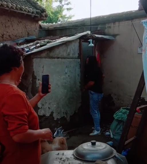 底线在哪里?大衣嫂家中上厕所,村民拿手机围堵拍摄!